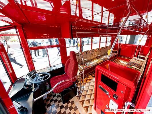 定員22人のバス車内は、向かい合って座れる座席が14席あり、車両ごとに異なるシートデザインと大きな窓が開放的です。
