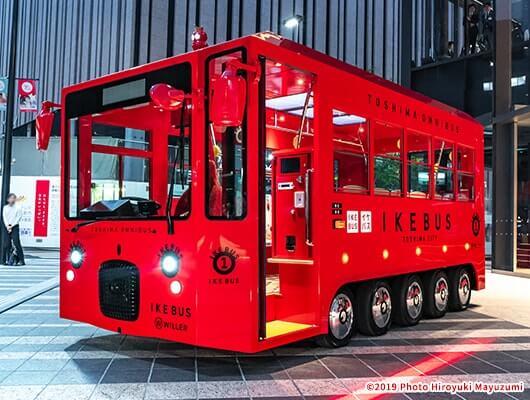 赤くて目立つスタイリッシュなボディは、乗車への期待感を創出しています。
